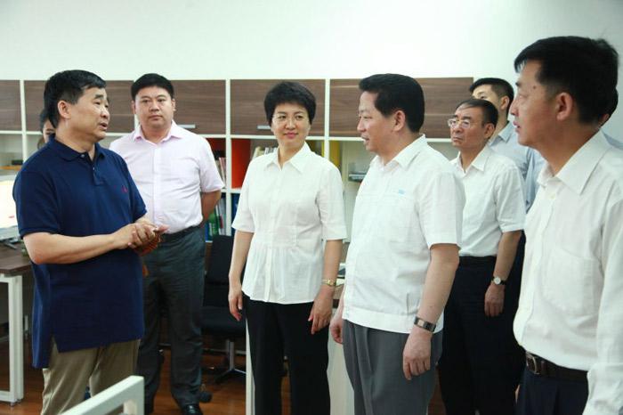 2015年7月时任辽宁省人民政府省长陈求发视察由亿博平台app传媒提供技术支持的中国琥珀网